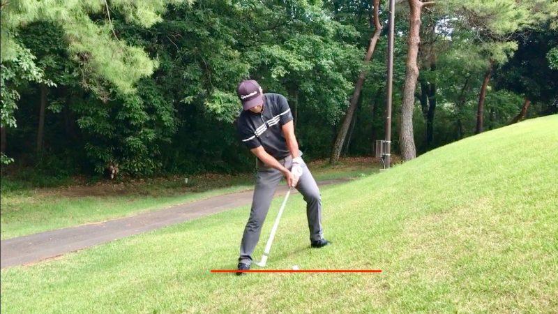 GEN-TENゴルフコースレッスン左足上がりのアプローチ手打ちインパクト直前の写真