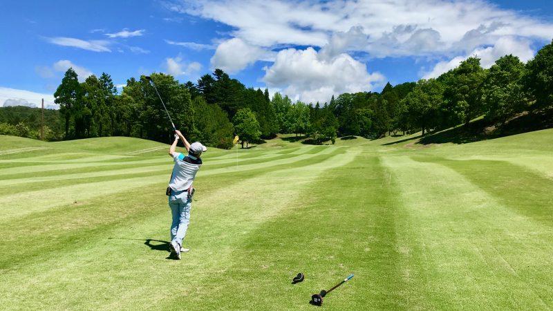 GEN-TENゴルフコースレッスンチャーターキャンプウィンザーパークFWからのアイアンショットの写真