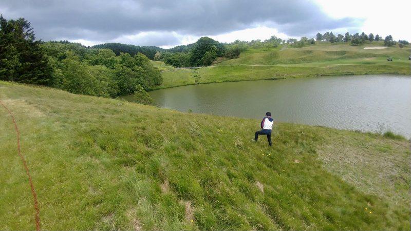 GEN-TENゴルフコースレッスンマオイゴルフリゾートラフからのショットの写真