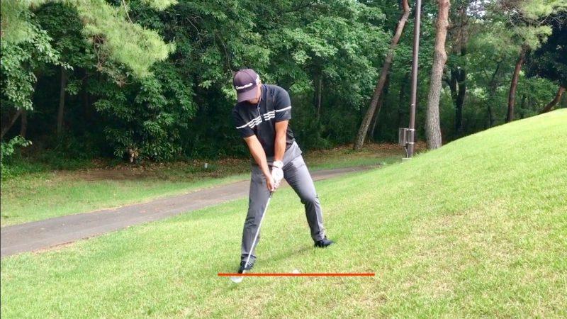 GEN-TENゴルフコースレッスン左足上がりのアプローチテークバックの写真