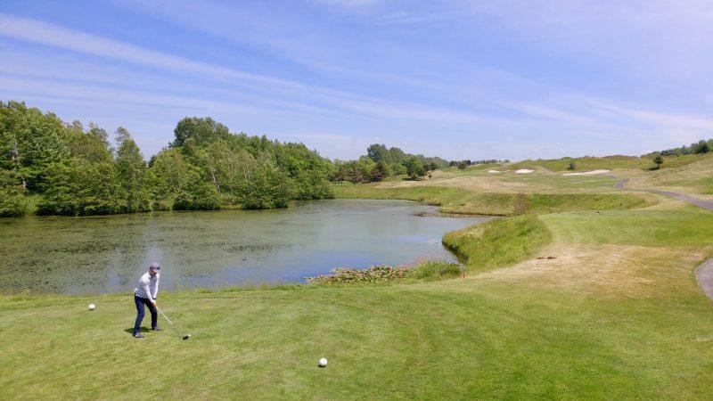 GEN-TENゴルフコースレッスンマオイゴルフリゾートフェアウェイと池の写真
