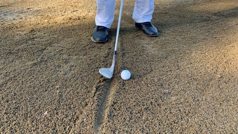 GEN-TENゴルフコースレッスンバンカーショットアドレスボールとSwアップの写真