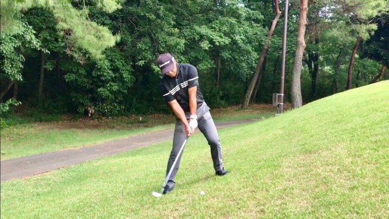 GEN-TENゴルフコースレッスン左足上がりのアプローチダウンスイングの写真