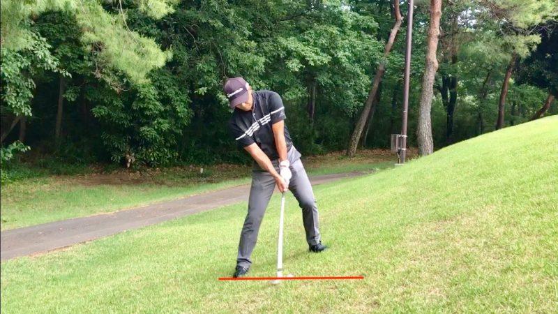 GEN-TENゴルフコースレッスン左足上がりのアプローチインパクト直前の写真