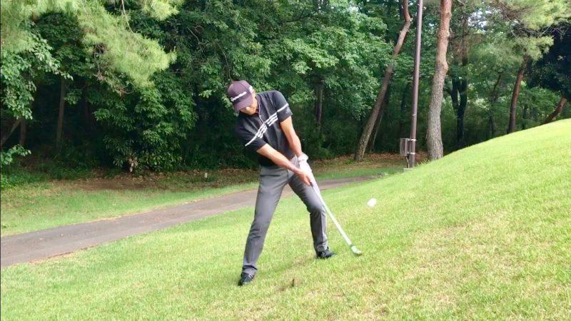 GEN-TENゴルフコースレッスン左足上がりのアプローチインパクト直後の写真