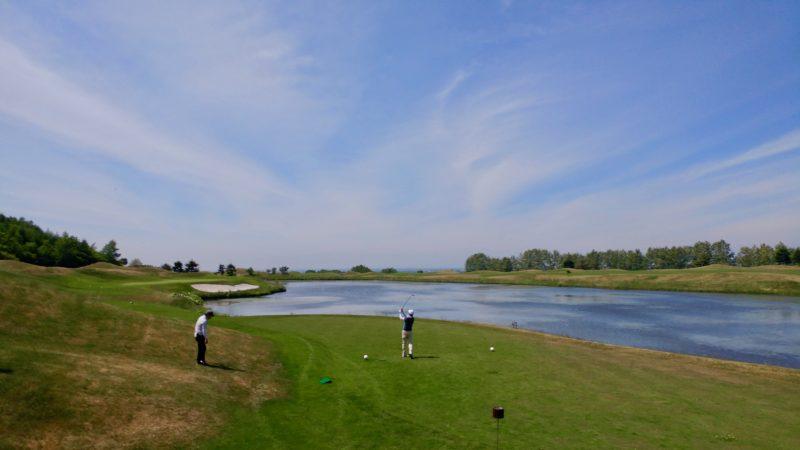 GEN-TENゴルフコースレッスンマオイゴルフリゾートフェアウェイと池の写真②