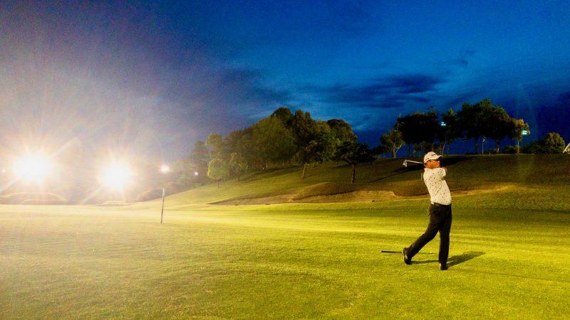 GEN-TENゴルフコースレッスンムーンレイクGC市原ナイターアイアンショット正面からの写真
