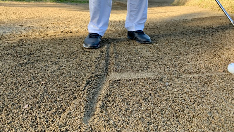 GEN-TENゴルフコースレッスンバンカーショットフォロースルーアップの写真