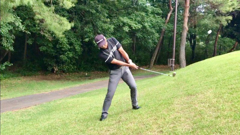 GEN-TENゴルフコースレッスン左足上がりのアプローチフォローの写真