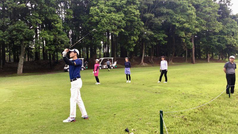 GEN-TENゴルフコースレッスンリラックスティショットの写真