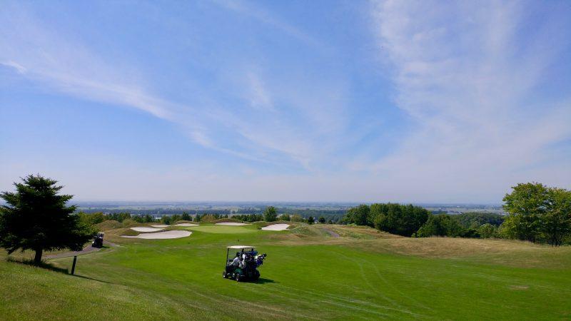GEN-TENゴルフコースレッスンマオイゴルフリゾートフェアウェイとカートの写真