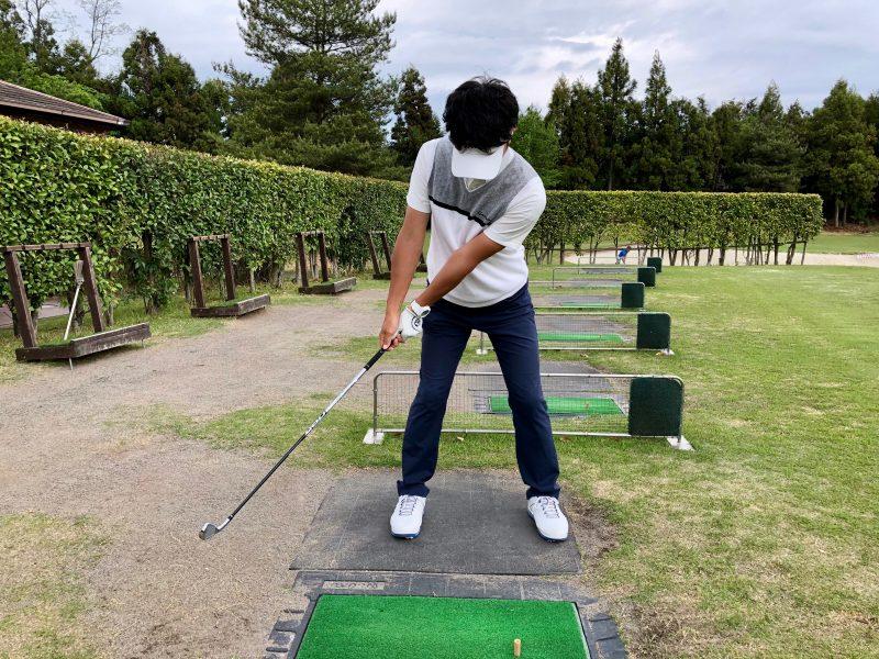 GEN-TENゴルフコースレッスンショットテークバックノーコック正面からの写真