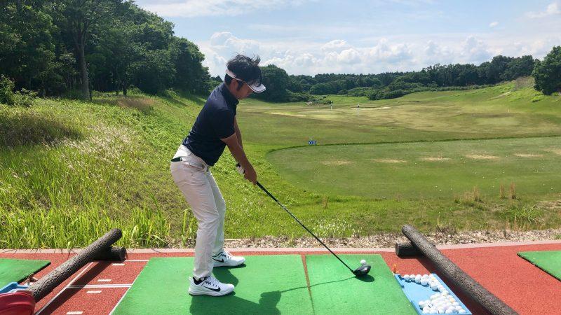 GEN-TENゴルフコースレッスンワンウェイGCドライビングレンジアドレス飛球線後方からの写真