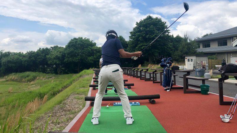 GEN-TENゴルフコースレッスンワンウェイGCドライビングレンジテークバック背面からの写真