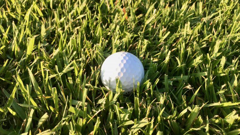 GEN-TENゴルフコースレッスンラフボールが半分沈んでいる時の写真
