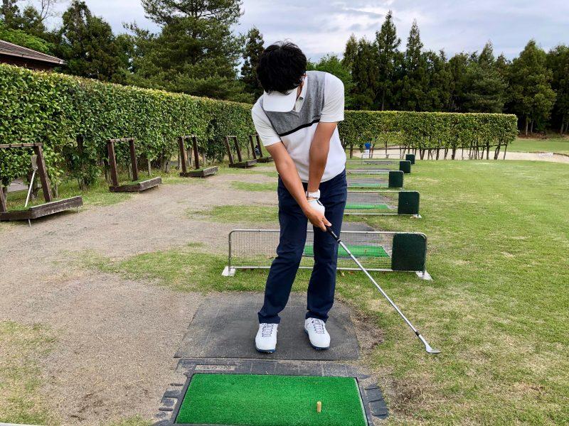 GEN-TENゴルフコースレッスンアプローチインパクト正面からの写真