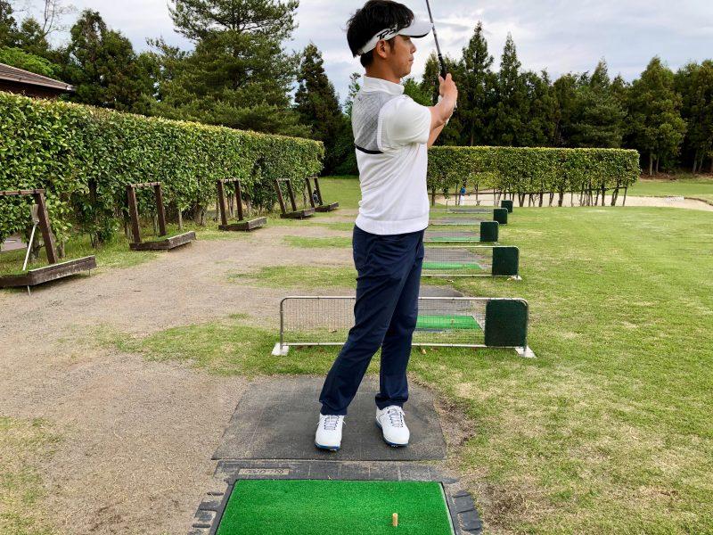 GEN-TENゴルフコースレッスンアプローチフィニッシュ正面からの写真