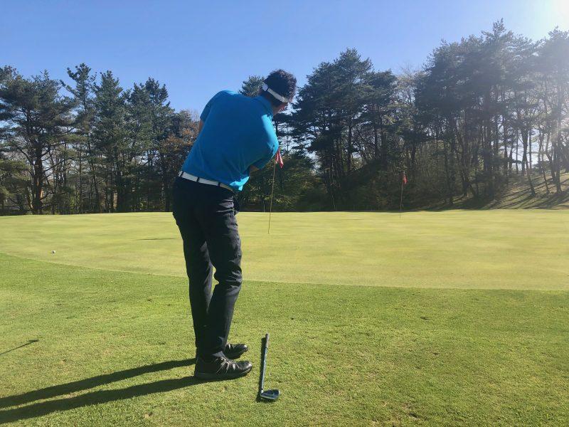 GEN-TENゴルフコースレッスンアプローチ肩縦回転フォローの写真