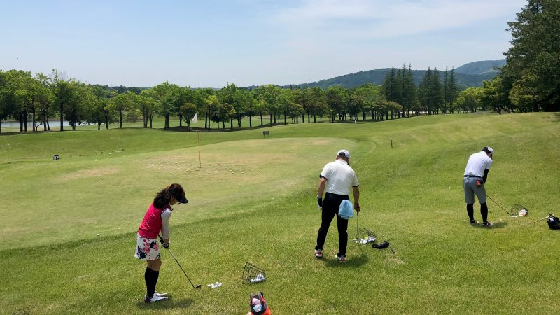 GEN-TENゴルフコースレッスンハーフラウンドアプローチ練習左足下がりの写真