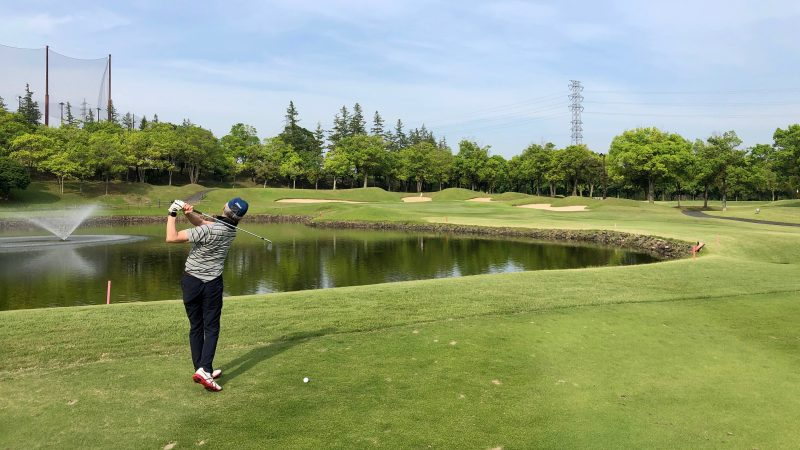 GEN-TENゴルフコースレッスンセゴビアGCインチヨダ7h池越えショットの写真