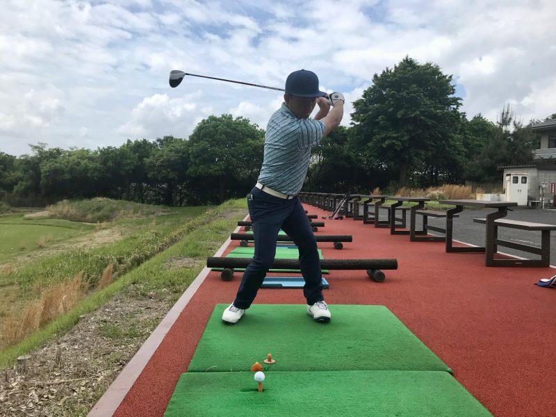 GEN-TENゴルフコースレッスン腰が回り過ぎているトップオブスイング正面からの写真