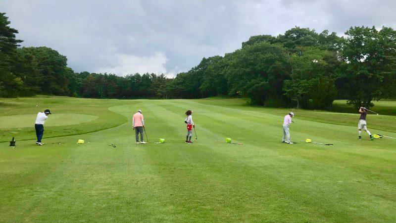 GEN-TENゴルフコースレッスントライフィールドアイアンショットの練習の写真