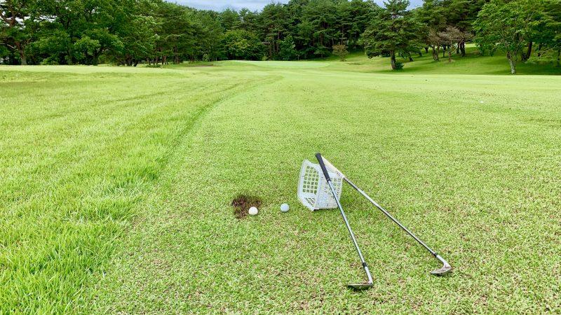 GEN-TENゴルフコースレッスントライフィールドアイアンとボールの写真