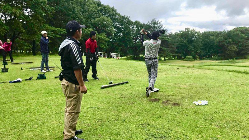 GEN-TENゴルフコースレッスントライフィールドドライバーショットの練習の写真