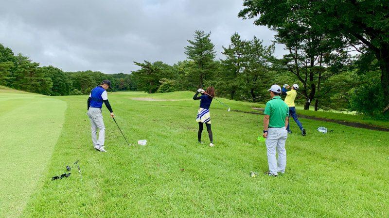 GEN-TENゴルフコースレッスントライフィールドラフからのショットの練習の写真