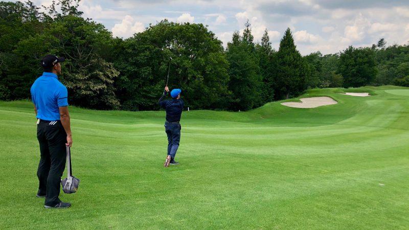 GEN-TENゴルフコースレッスンハーフラウンド左足下がりのショットの写真