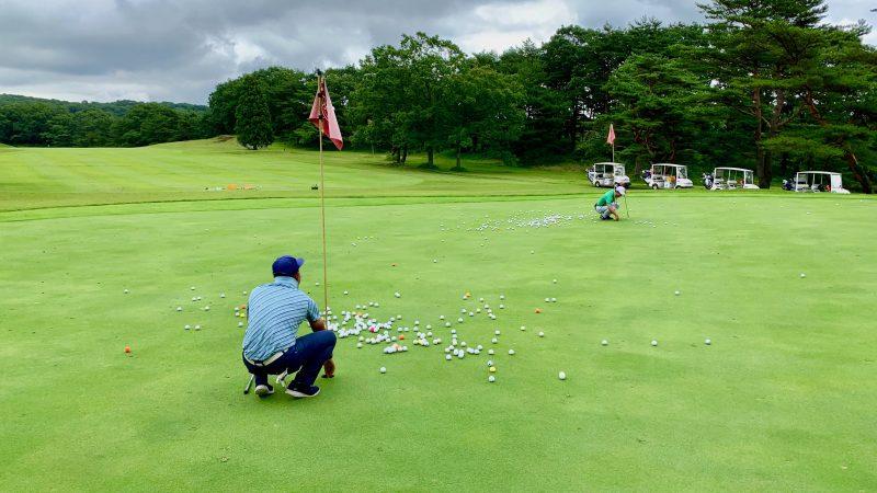 GEN-TENゴルフコースレッスントライフィールドボールを数えている写真