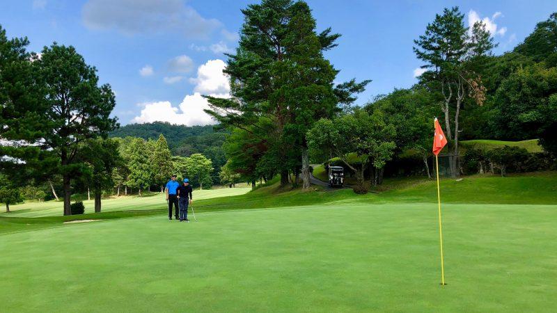 GEN-TENゴルフコースレッスンハーフラウンドグリーンの傾斜を読んでいる写真