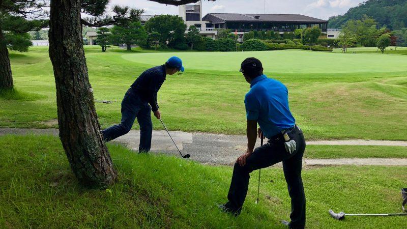 GEN-TENゴルフコースレッスンハーフラウンド左足下がりのアプローチの写真