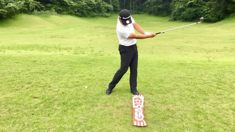 GEN-TENゴルフコースレッスン左足の前にタオルを置いてスイングの写真
