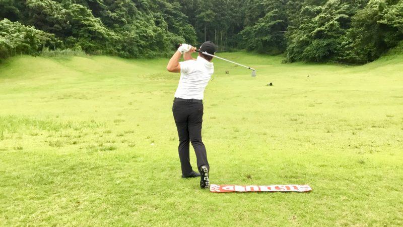 GEN-TENゴルフコースレッスン右足の前にタオルを置いてスイングフィニッシュの写真