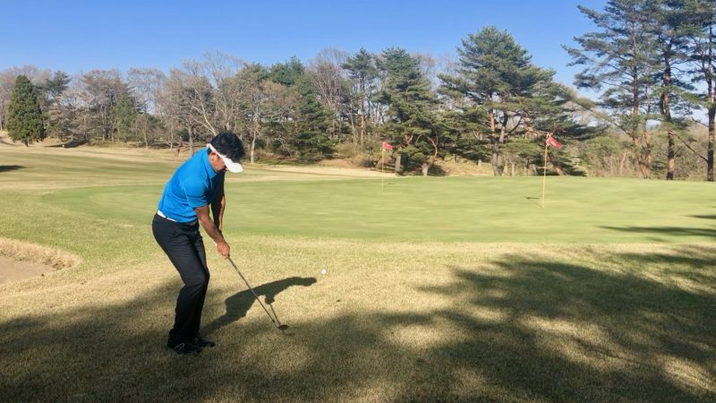GEN-TENゴルフコースレッスンアプローチインパクトの写真