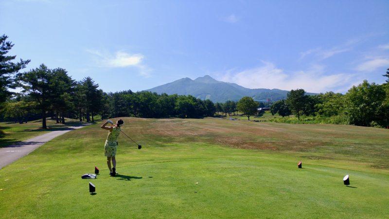 GEN-TENゴルフコースレッスン青森スプリングGC岩木山に向かってショットの写真