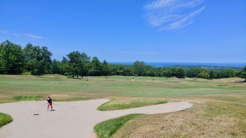 GEN-TENゴルフコースレッスン青森スプリングGCフェアウェイバンカーからショットの写真