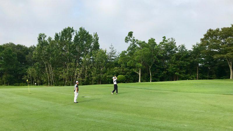 GEN-TENゴルフコースレッスン早朝ハーフセカンドショット前方からの写真