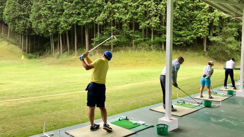 GEN-TENゴルフコースレッスンJOYXGCドライビングレンジ練習風景の写真
