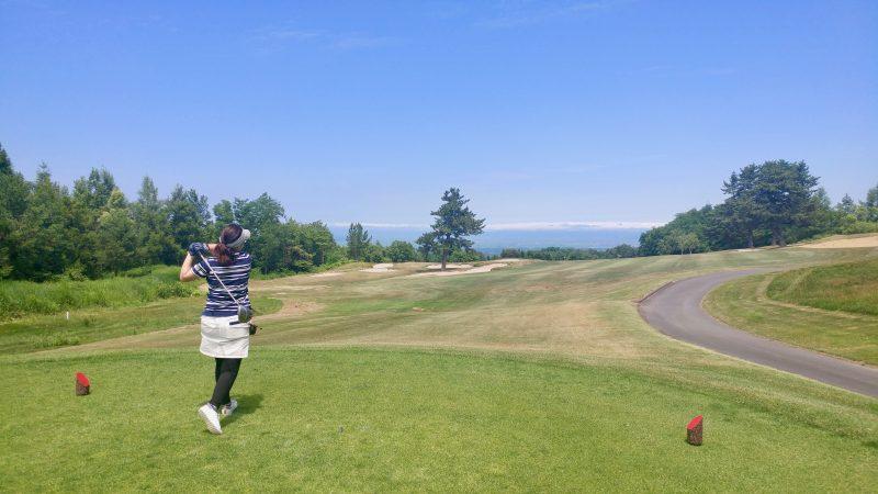 GEN-TENゴルフコースレッスン青森スプリングGC津軽平野に向かってティショットの写真