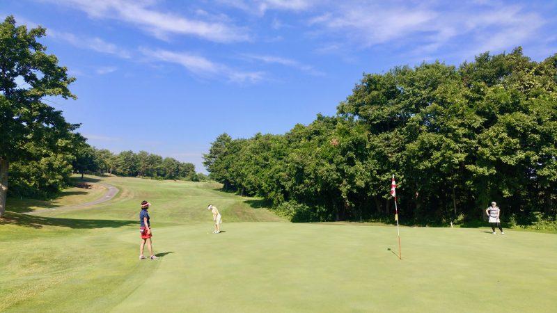 GEN-TENゴルフコースレッスン青森スプリングGCグリーン手前からパッティングの写真
