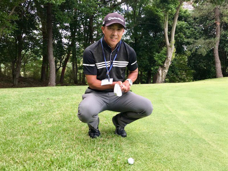 GEN-TENゴルフコースレッスンウェッジを持っている写真