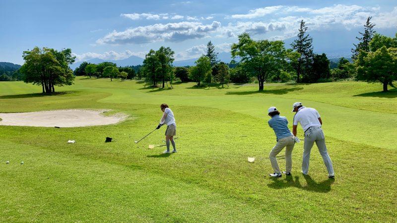 GEN-TENゴルフコースレッスンギャツビイGCラフからのアプローチショットの写真