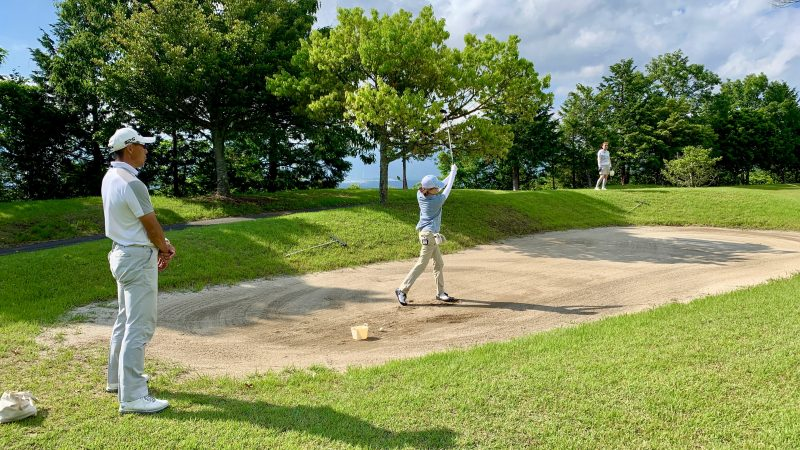 GEN-TENゴルフコースレッスンギャツビイGCフェアウェイバンカーからのショットの写真