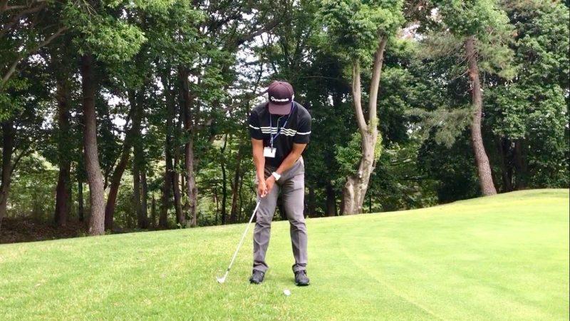 GEN-TENゴルフコースレッスンウェッジでパッティングテークバックの写真