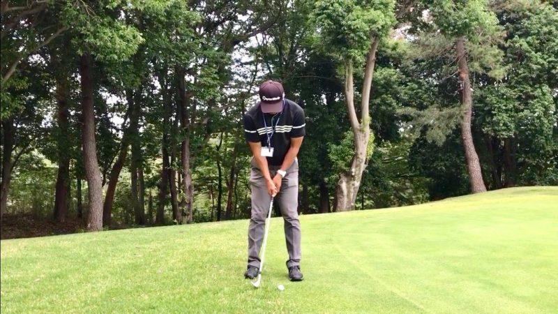GEN-TENゴルフコースレッスンウェッジでパッティングダウンスイングの写真