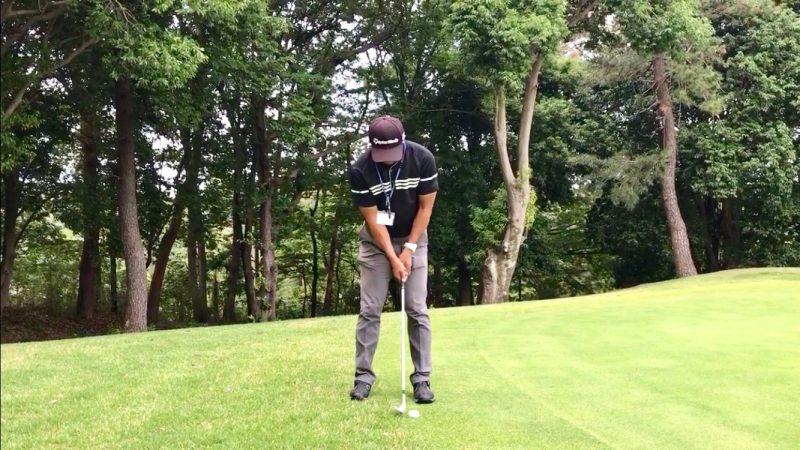 GEN-TENゴルフコースレッスンウェッジでパッティングインパクトの写真