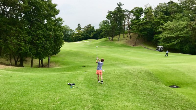 GEN-TENゴルフコースレッスンスリーレイクスCCラフからのショットの写真