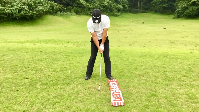 GEN-TENゴルフコースレッスン左足の前にタオルを置いてアドレスの写真